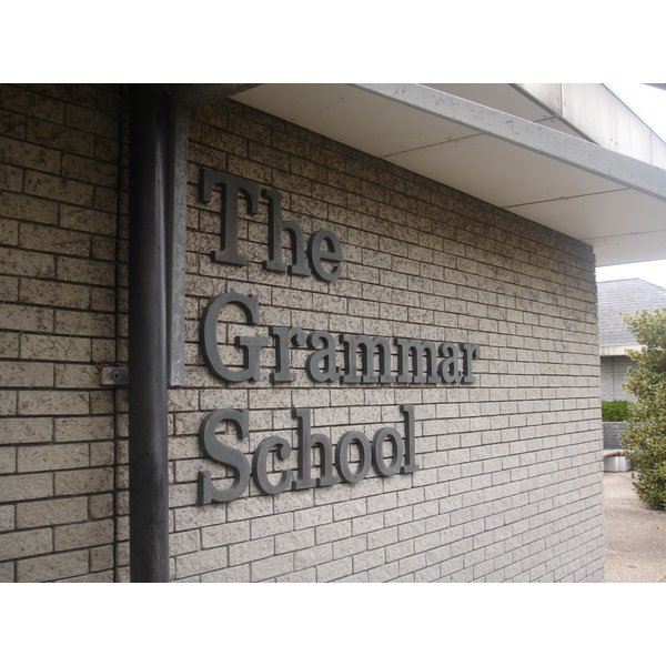 Guernsey Grammar School (https://en.wikipedia.org/wiki/Guernsey_Grammar_School_and_Sixth_Form_Centre#/media/File:Guernsey_Grammar_School.jpg)